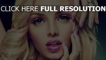 blonde modell make-up maniküre