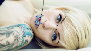 blondine blume tattoos piercings