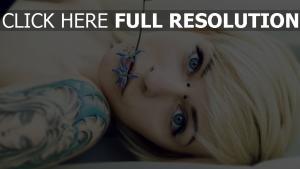 blondine blume tattoos piercings