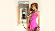 brünett kleid rosa telefon