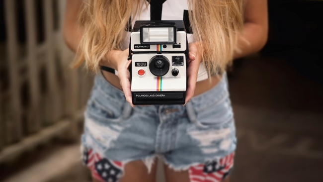 hd hintergrundbilder polaroid kamera hände jeans mädchen