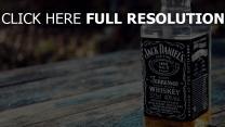 jack daniels whisky flasche glas tisch
