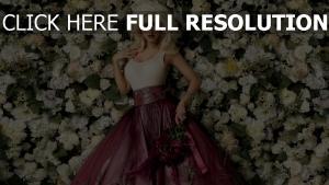 kleid christina aguilera blumen rosen lippenstift