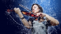 mann mädchen wasser violine spritzen