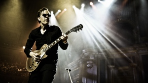 gitarre joe bonamassa spielen licht gläser