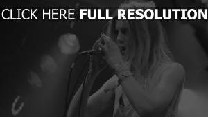 performance sänger amalie bruun schwarz-weiß mikrofon