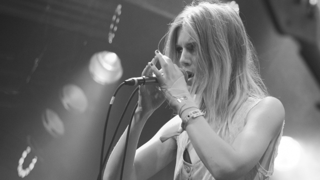 hd hintergrundbilder performance sänger amalie bruun schwarz-weiß mikrofon