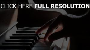 hand schatten klaviertasten klavier