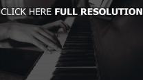 tasten klavier hände schwarz-weiß