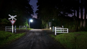 nacht straßenschilder licht eisenbahn kreuzung