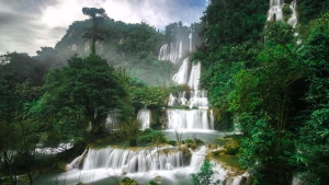 wasserdüsen wasserfälle berge bäume thailand