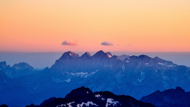 hd hintergrundbilder berge sonnenuntergang nebel himmel