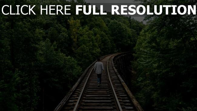 hd hintergrundbilder mann gehen eisenbahn bäume