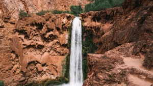 wasserfall steine abgrund