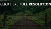 pferdestall gras weide bäume tor
