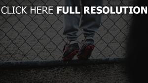 zaun schuhe kind fußball füße gitter