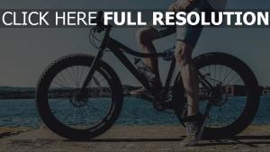 fahrrad beine radfahrer fluss
