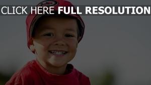 junge kappe little league baseball lächeln