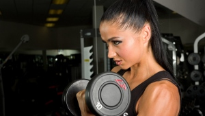 fitness modell gewichte brünett bodybuilding
