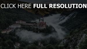 schloss berge nebel dorf spanien