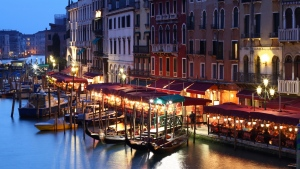 italien cafe haus gondel menschen abend gebäude venedig boote
