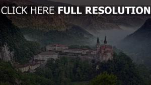spanien schloss natur hügel stadt covadonga
